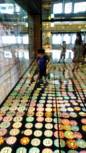 仁川空港4Fフードコートの大スクリーン広場