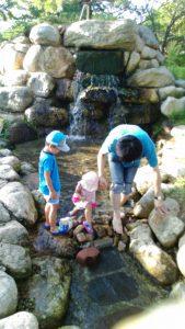 市民公園の小川遊び